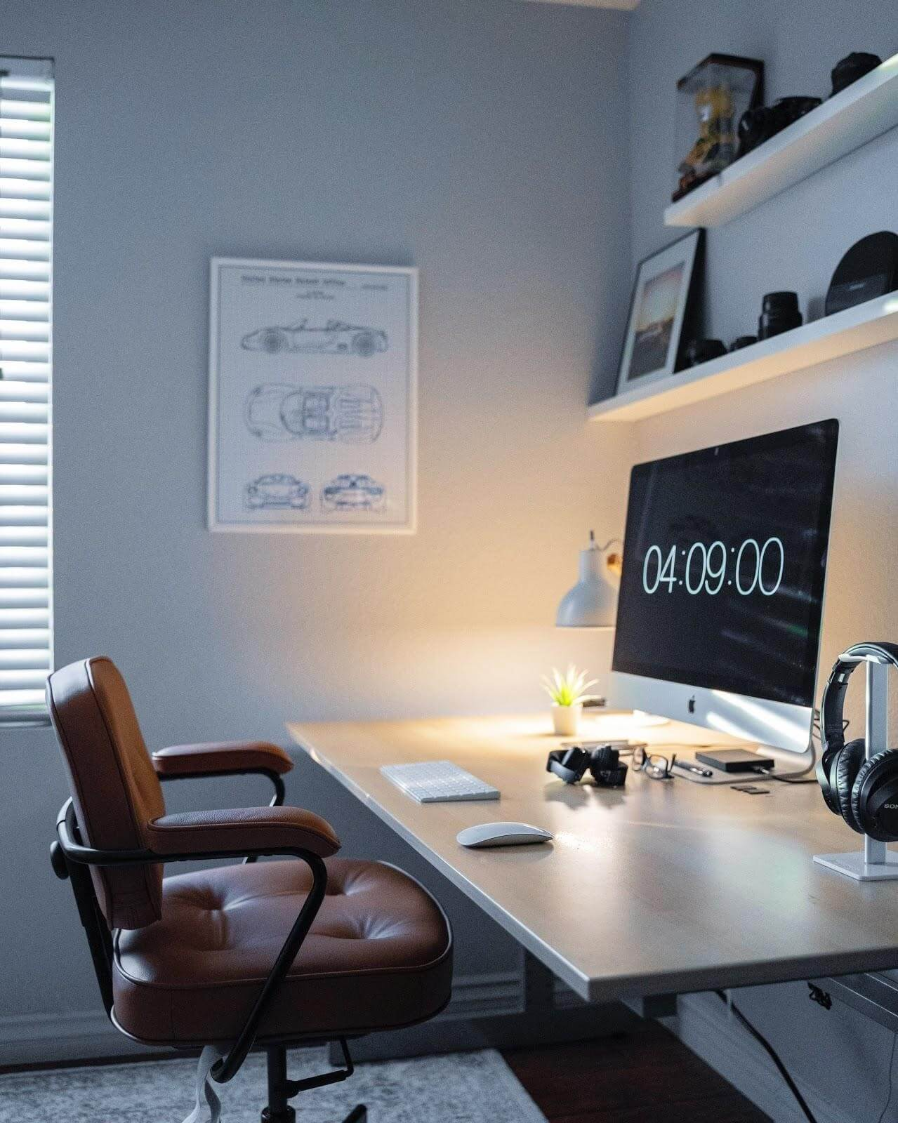 Home office picture - Abondant light and clean desk help getting work done